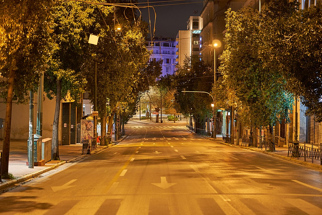 An empty street in central Athens during the Coronavirus lockdown (© Wikimedia Commons)